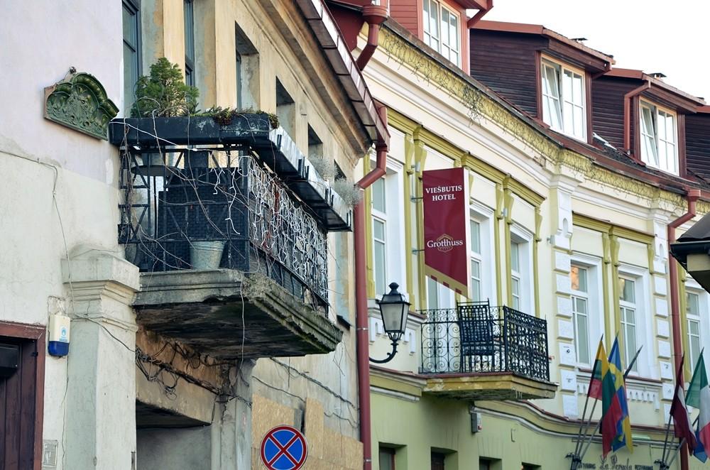 kamienice z balkonami w Wilnie